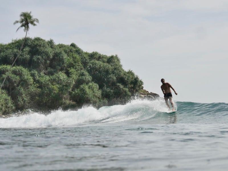 Chipiron surfe à Hiriketiya Sri Lanka