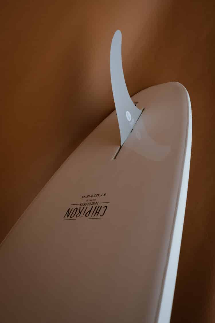 Photo détail du dessous sur le longboard en mousse Chipiron surfboards