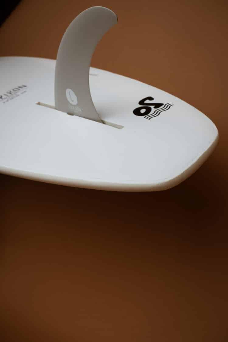 Détail du tail du tracker 7' en mousse par Chipiron Surfboards