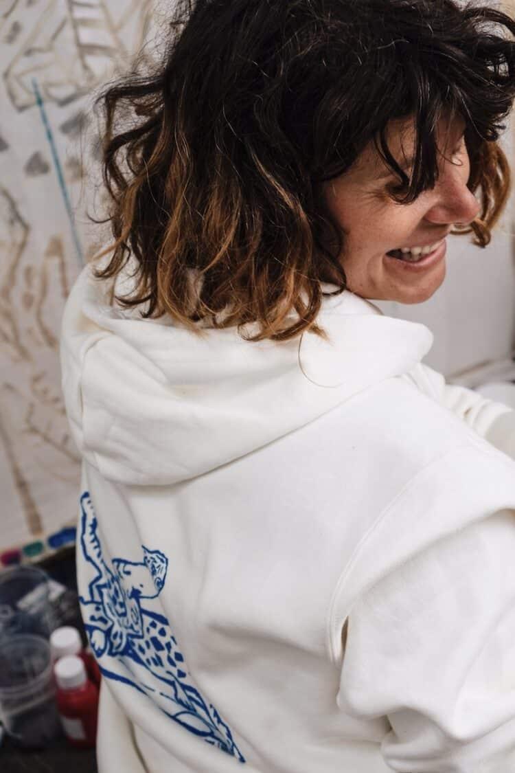 Sweat à capuche blanc en collaboration arty avec Aurélie Andrès, surf hossegor